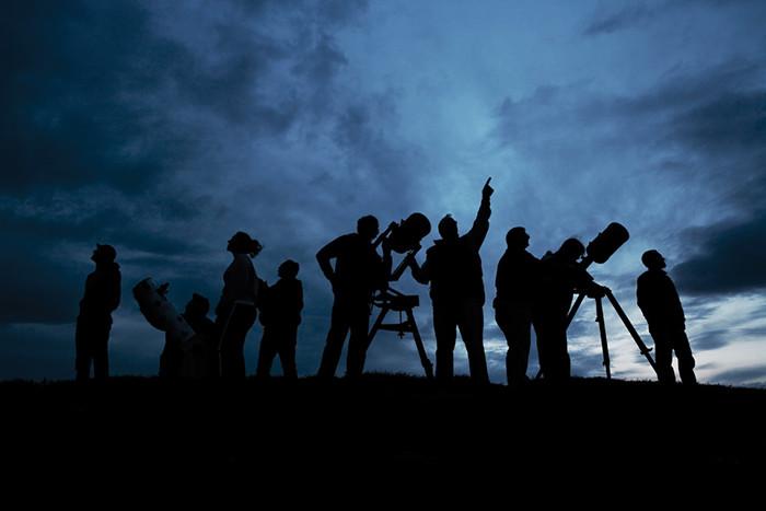 ¿Quieres comprar un telescopio y no sabes qué elegir?Hay muchos factores, monturas, tipos de telescopios, accesorios, aumento, entre otros. ¿El tamaño importa? En este episodio he querido generar un guía con lo que considero los elementos más importantes a analizar para tan importante adquisición, desde los tipos de monturas, tipos de telescopios y sistemas ópticos, binoculares, cartas estelares hasta los accesorios. Espero poder aportar a que tomes la mejor decisión.